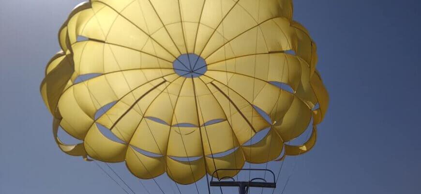 парашют на фоне неба