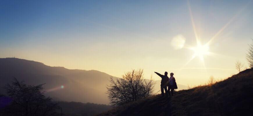 мужчина и женщина на горе